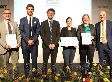 Das Team PerAGraft rund um Textilingenieurin Valentin Gesché (2. v. r.) gewann den Gründungswettbewerb und wurde von RWTH-Rektor Ulrich Rüdiger (r.) gewürdigt. Foto: Andreas Steindl